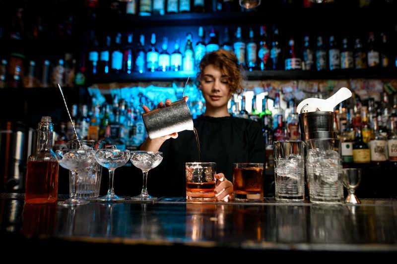 donna al bar