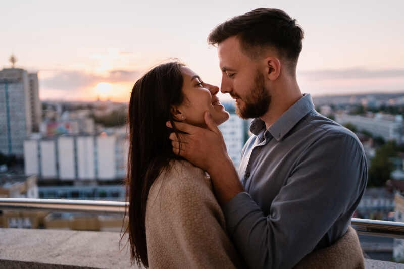 come baciare una ragazza per strada