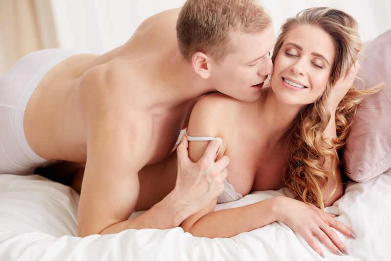 cosa piace agli uomini sentirsi dire a letto