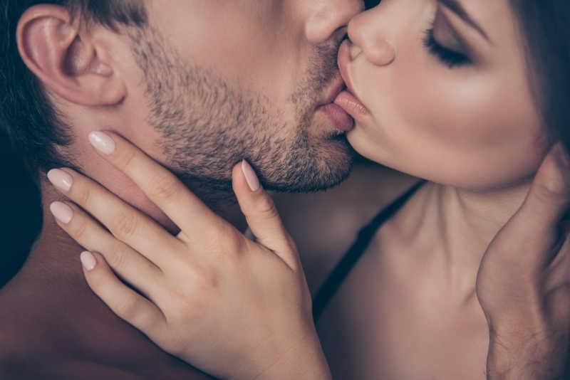 Innamorati Che Si Baciano