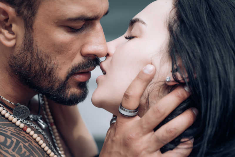 bacio con la lingua tra ragazze